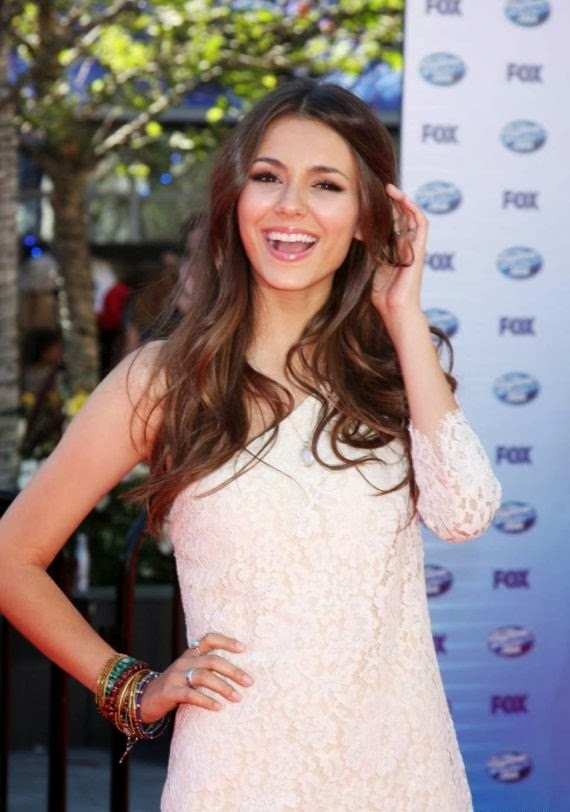 Victoria Justice Look Siziling in White over Red Carpet