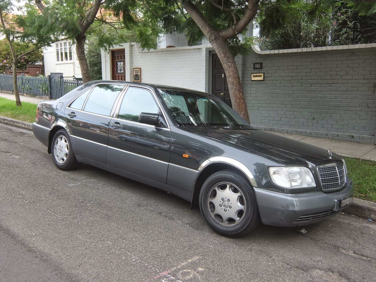Aussie old parked cars 1992 mercedes benz w140 400 sel for Mercedes benz parts in seattle
