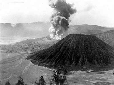 gunung bromo  8 Gambar Gunung di Indonesia Jaman Belanda yang Fenomenal 3a