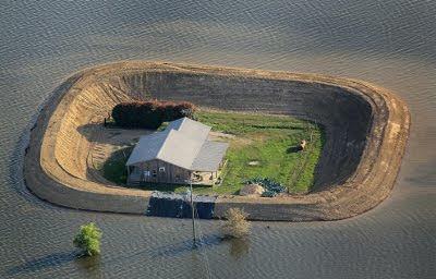 周りに堤防のある家