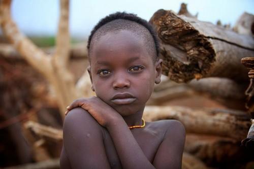 Tribu en Etiopía - pequeña de la etnia Turmi