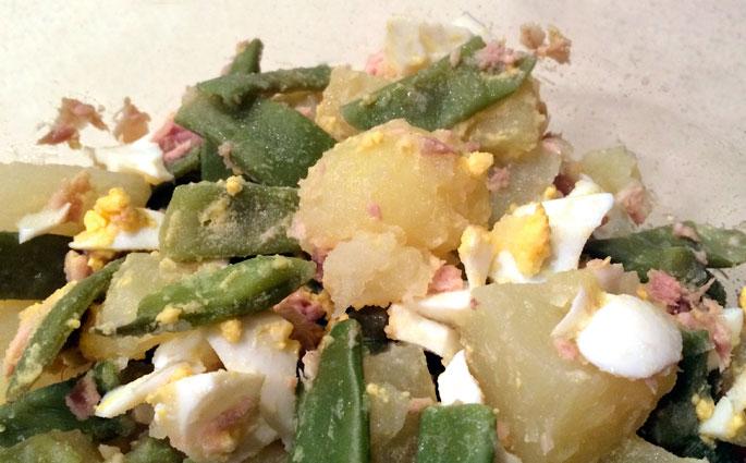 Aliño de patatas, judías verdes, huevo y atún