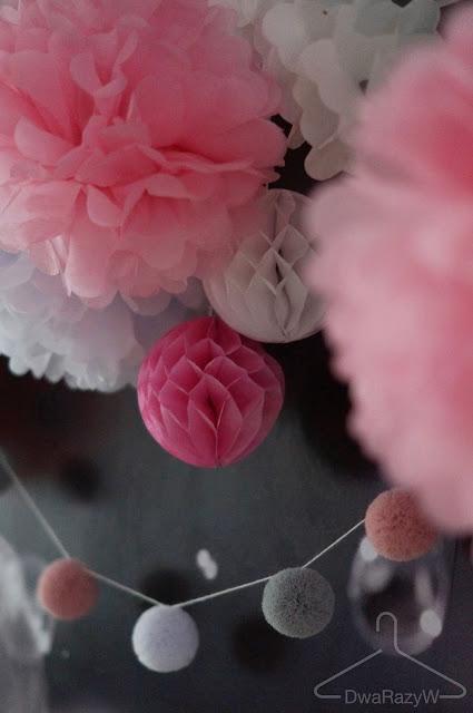 dekoracje urodzinowe pompony z papiery, girlanda,
