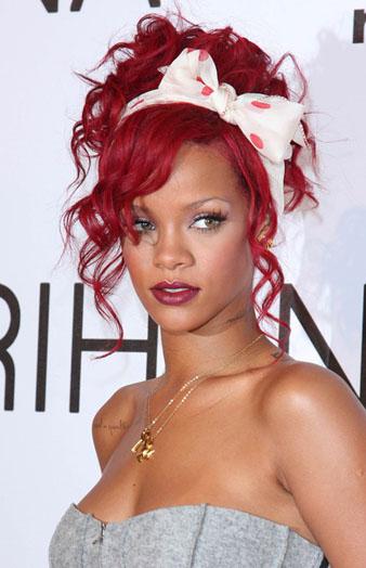 Rihanna nar kızılı saçlarına maşa yardımı ile kıvırcık model verdirmiştir ve kıvırcıl saçalrından salaş bir saç topuz modeli yaptırmıştır. Son olarak ise saç rengine uyumlu bir fiyonklu saç bandı ile saçlarını süüslemiştir. Benim kanaatimce Rihanna'nın en güzel saç modeli maşa topuzdur.