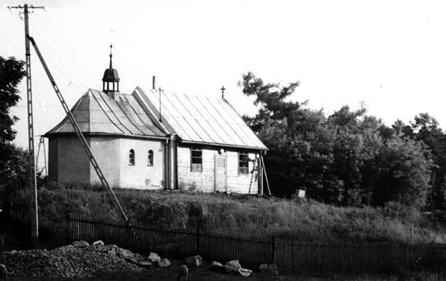 Wąsosz Stara wieś. Kaplica z zadaszeniem (wkrótce, bo na początku 1978 roku - rozebranym). Fotografię udostępniła Zdzisława Piotrowska z d. Szpindler.