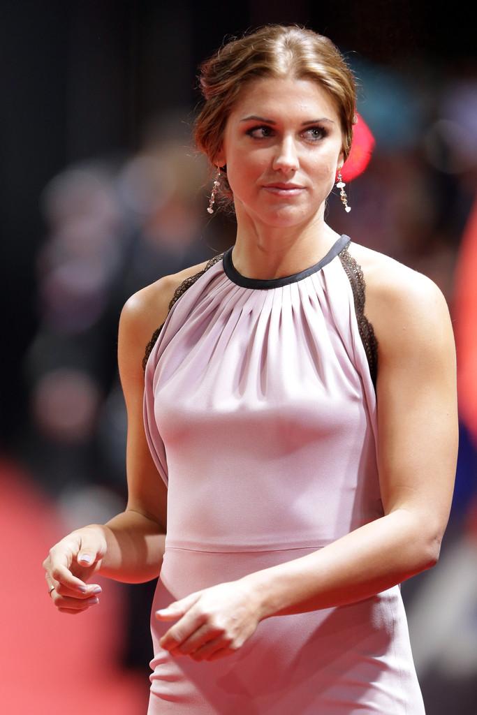 ピンクのドレスがまばゆいアレックス・モーガン