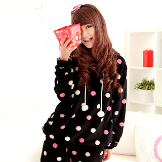 http://2.bp.blogspot.com/-oD1w9Ie_7nQ/UZzmfbNYraI/AAAAAAAAFoc/2aW55UXuwoI/s1600/AAutumn-and-winter-hooded-woman-cute-long-sleeved-suit-font-b-pajamas-b-font-Black-dots.jpg