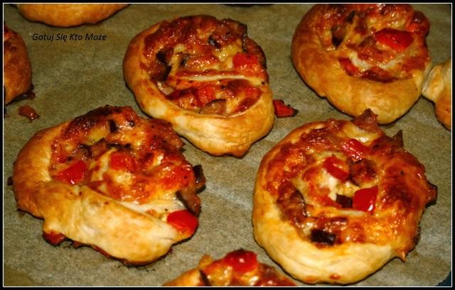 Zapiekanki z ciasta francuskiego z wędliną, serem i papryką