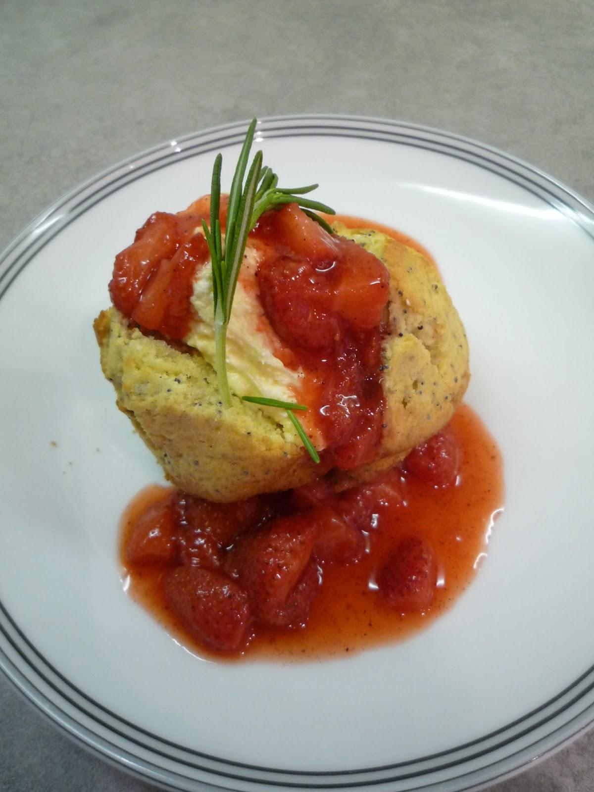 Mohnküchlein mit Erdbeer-Rosmarin-Kompott und Vanillecreme