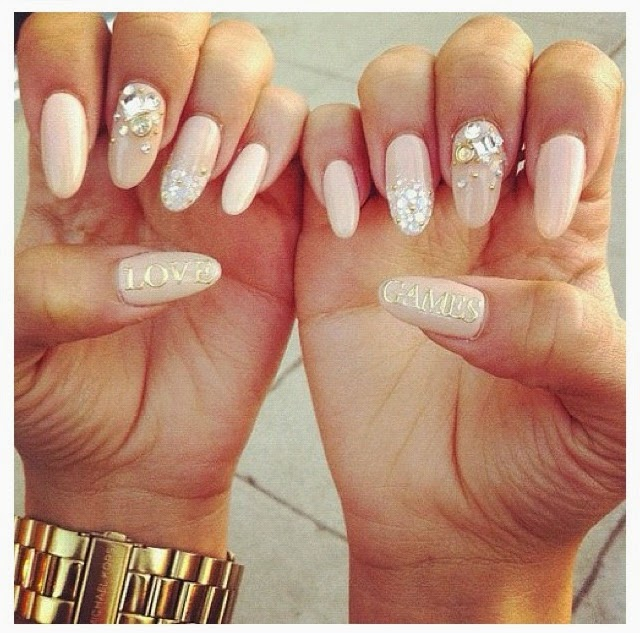 Round Nails Hardly Ever Chip Because Of Their Rounded Tip Factor Hence People With Thin Or Weak Can Easily Go For Shaped Natural