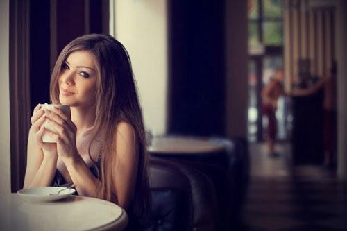 علامات وقوع المرأة في الحب - امرأة تشرب شاى قهوة فنجان كوب