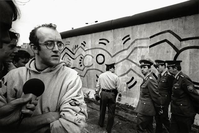 Extrêmement rue pestalozzi: keith haring près du mur de berlin en 1986 | keith  WX52
