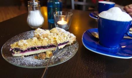 Cappuccino und Streuselkuchen im Literaturcafé in Strausberg