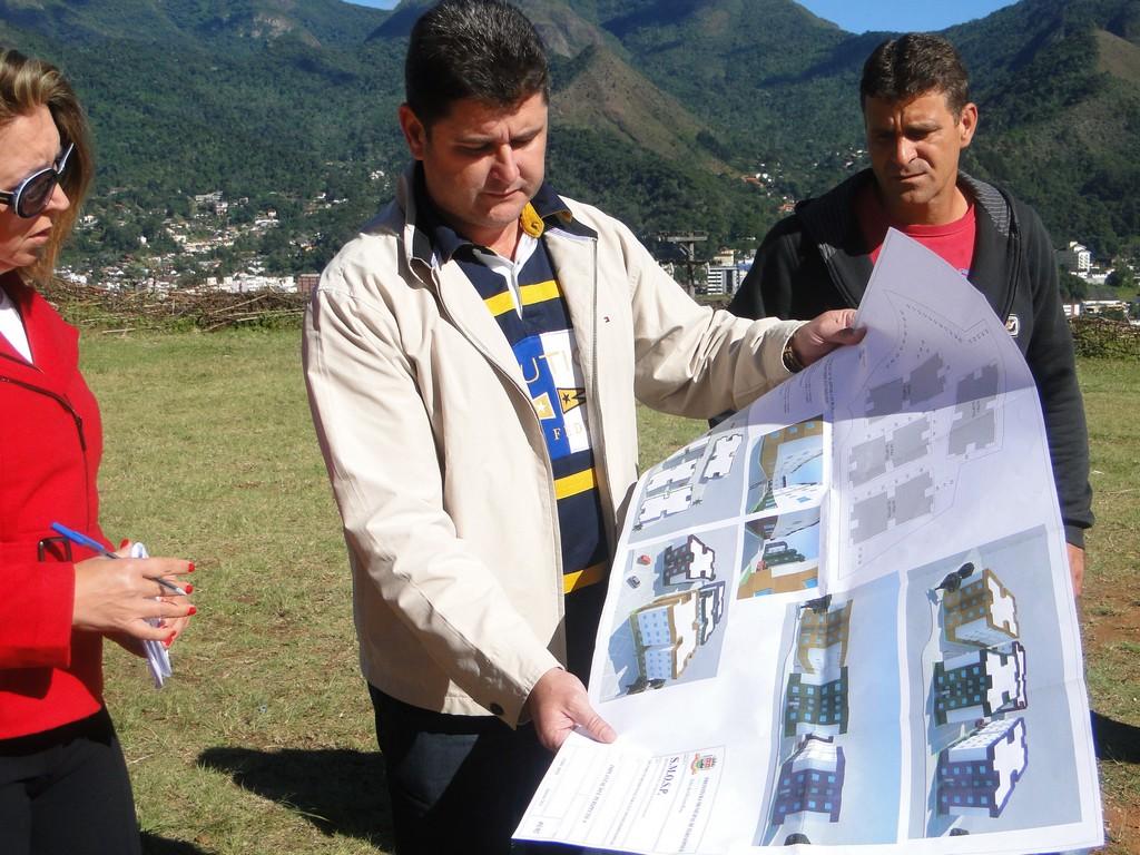 Prefeito Arlei confere detalhes da planta do conjunto habitacional, ao lado de Valdecir Paim Alves, presidente da associação de moradores do Rosário