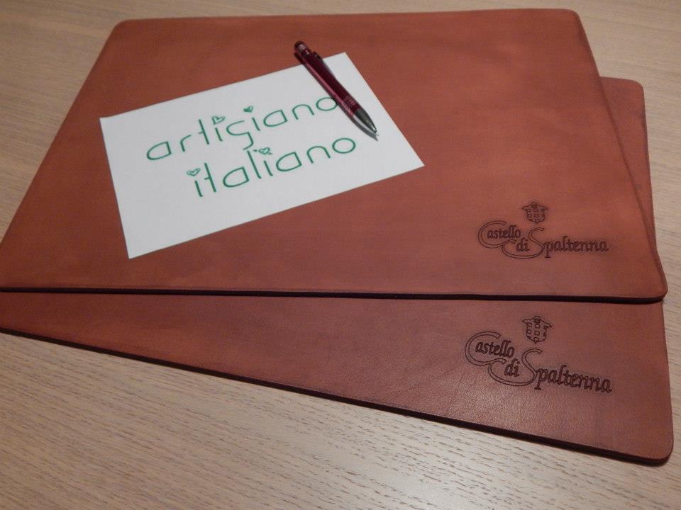 Passamano per scrivanie personalizzato in cuoio