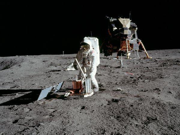 moon hoax objects 10059 600x450 Menganalisa Peristiwa Pendaratan Manusia Pertama Kali Di Bulan