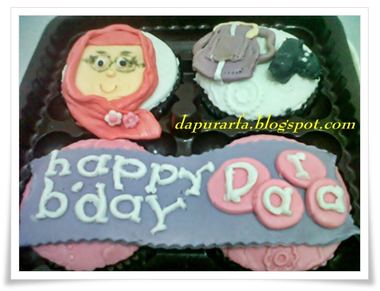 base cake : double choco ( buttercake coklat dicamour chocochip)