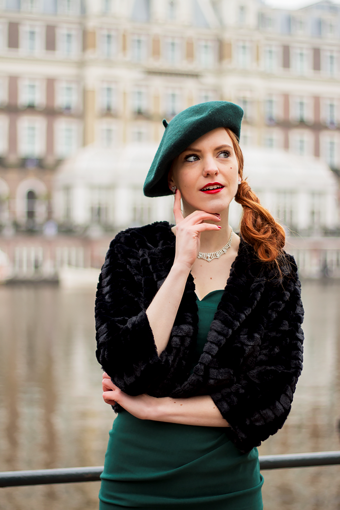 Chique, vintage style fashion blogger Christmas Outfit with lots of Emerald green