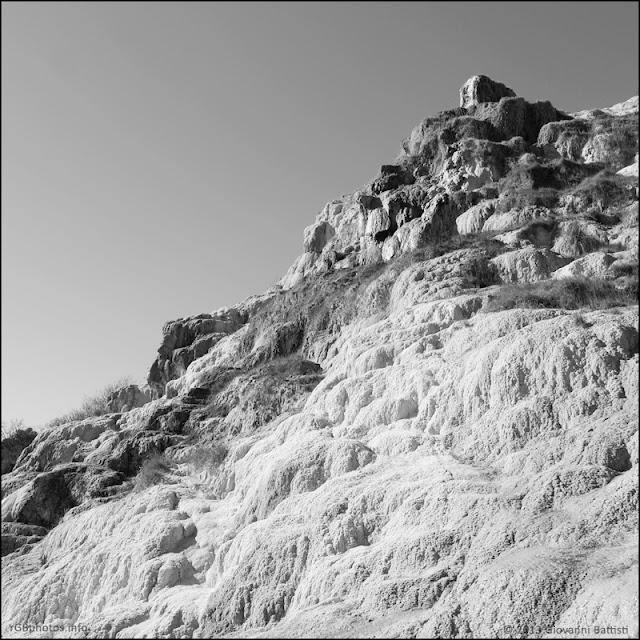 Fotografia in bianco e nero del Parco dei Mulini a Bagno Vignoni
