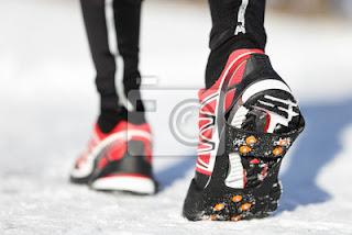 fototapeta-buty-do-biegania-w-sniegu-zim
