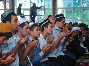 "Wilayah Xinjiang China (Turkestan Timur) telah melarang praktek beragama di gedung-gedung pemerintah.  Pemerintah Cina juga akan mengenakan denda terhadap siapa saja yang menggunakan Internet untuk 'merusak persatuan nasional', dalam suatu paket peraturan baru.  Dilansir Xinhua News Agency, Minggu, peraturan itu disahkan  komite parlemen Xinjiang pada hari Jumat.  Parlemen menetapkan hukuman antara 5.000 hingga 30.000 Yuan ($ 4.884) bagi individu yang menggunakan internet, telepon seluler atau penerbitan digital untuk melemahkan persatuan nasional, stabilitas sosial atau menghasut kebencian etnis.  Peraturan yang mulai berlaku tanggal 1 Januari 2015, juga melarang orang untuk mengedarkan dan melihat video tentang pelajaran agama yang 'radikal' di dalam maupun di luar tempat dimana agama diajarkan, dan mengharuskan para pemimpin agama untuk melaporkan kegiatan tersebut kepada pemerintah daerah dan polisi, China Daily melaporkan pada akhir pekan.   ""Peningkatan sejumlah masalah yang berkaitan dengan agama telah muncul di Xinjiang,"" kata Ma Mingcheng, wakil direktur Kongres Rakyat Xinjiang dan direktur komite urusan legislatif, menurut surat kabar Cina.  Orang tidak akan diizinkan untuk mempraktekkan agama di kantor-kantor pemerintah, sekolah-sekolah umum, pusat bisnis atau lembaga. Kegiatan keagamaan harus dilaksanakan di beberapa tempat yang terdaftar, kata laporan itu.  Mereka juga dilarang mengenakan atau memaksa orang lain untuk memakai pakaian atau logo yang berhubungan dengan agama, meskipun jenis pakaian dan logo tidak ditentukan, kata surat kabar itu.  Xinjiang, yang merupakan tempat bagi orang-orang Muslim Uighur, telah dilanda kekerasan selama bertahun-tahun, dan telah disalahkan oleh pemerintah karena para""ekstremis yang menginginkan sebuah negara merdeka yang disebut Turkestan Timur.""  Kelompok HAM dan orang-orang buangan mengatakan masalahnya lebih berkaitan dengan pembatasan yang keras oleh Beijing atas adat budaya dan agama orang-orang Uighur dan meragu"