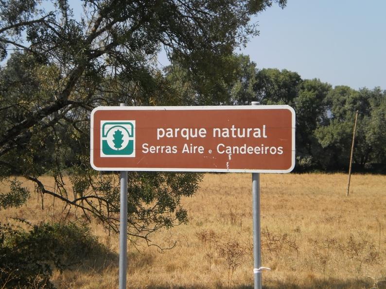 A praia fluvial está inserida no Parque Natural Serras Aire e Candeeiros