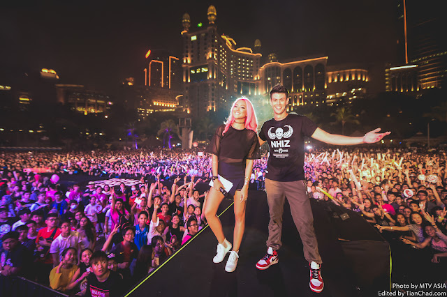 MTV VJs Hanli Hoefer and Alan Wong at MTV World Stage Malaysia 2015 on 12 Sep (Credit - MTV Asia & Kristian Dowling)