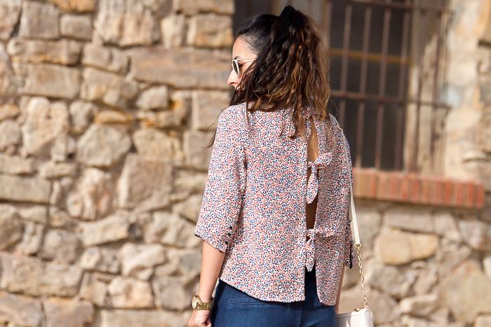 Detalle camisa estampado colores espalda descubierta