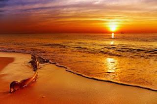 Atardecer en el océano a orillas del mar en la playa