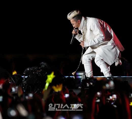 G-Dragon at the Golden Disk Awards 130116