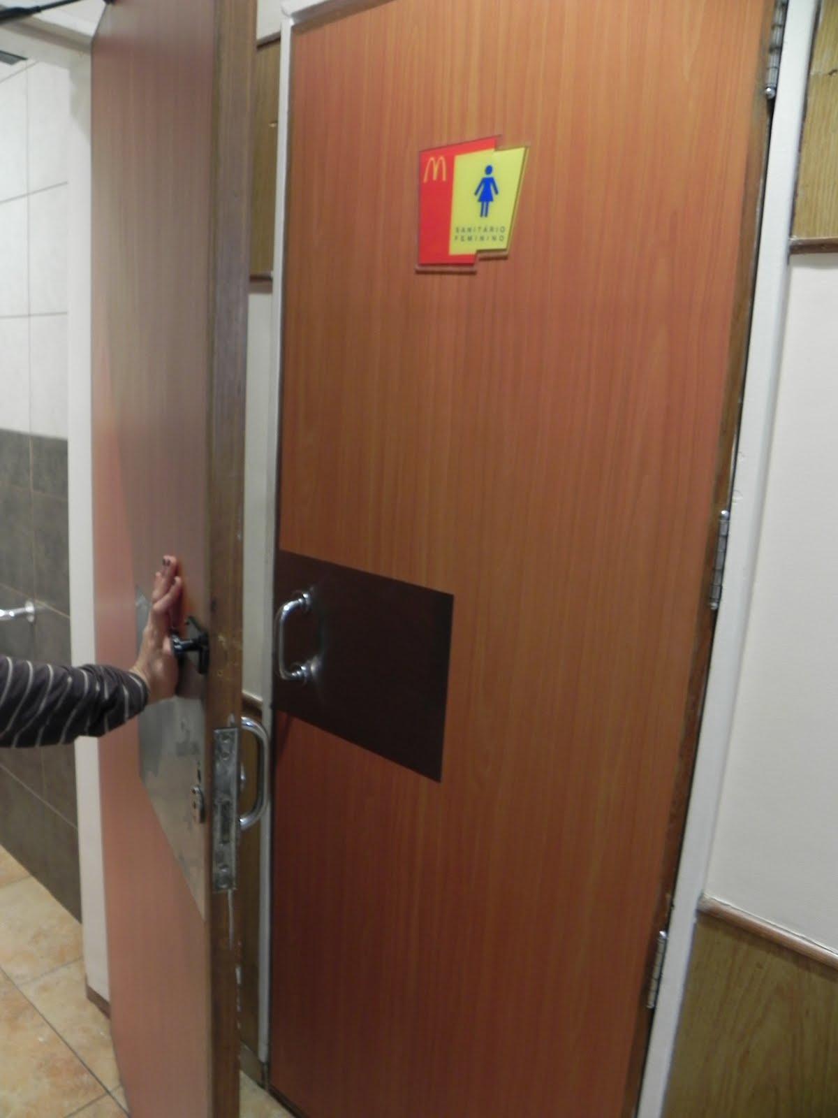Acessibilidade no McDonald's de Campo Grande – Av. Afonso Pena  #A22929 1200x1600 Banheiro Acessivel Porta De Correr