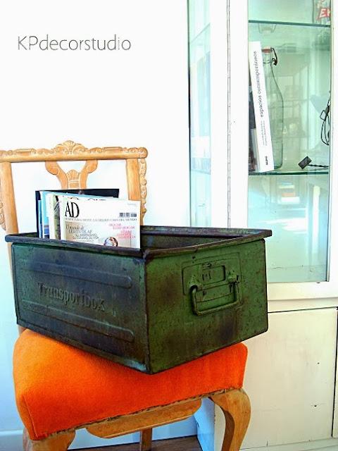 Cajas apilables metálicas industriales color verde. Revisteros artesanales originales