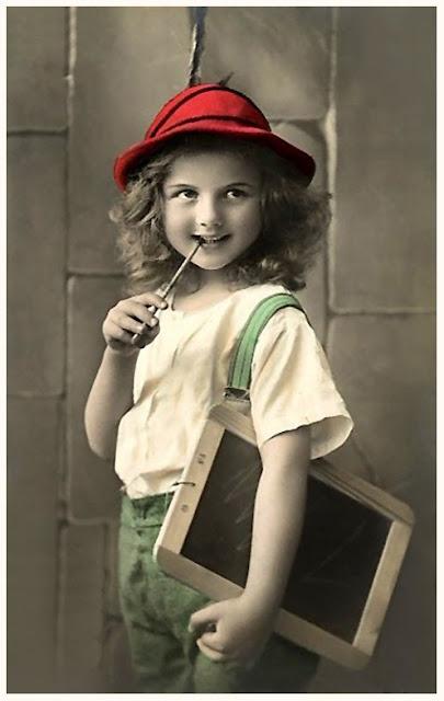 foto antigua de niña pequeña estudiante