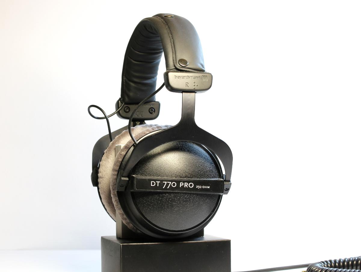 Beyerdynamic Kopfhörer DT 770 Pro auf Kopfhörerständer