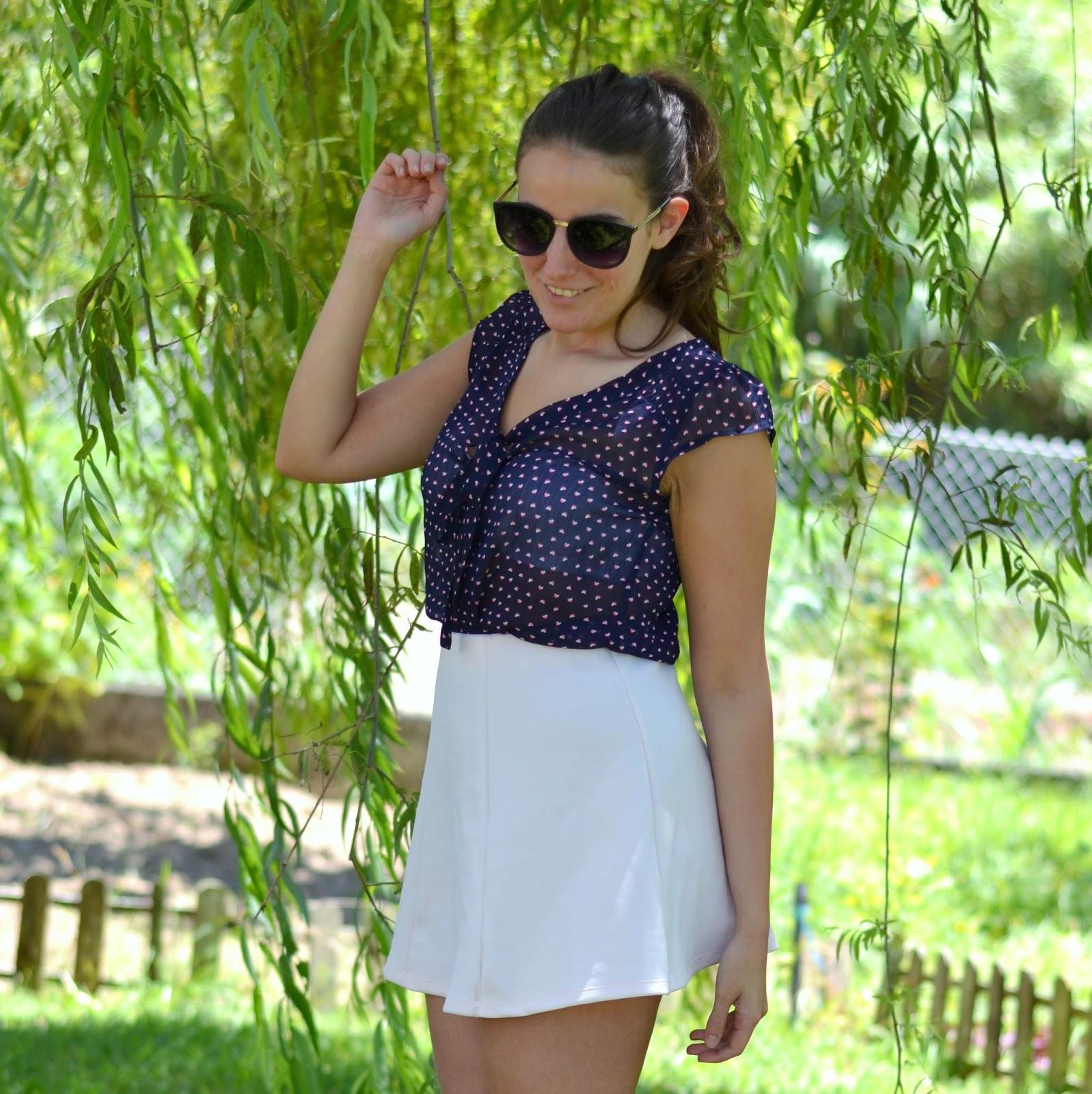 falda rosa lefites, sandalias blancas zara, camisa primark