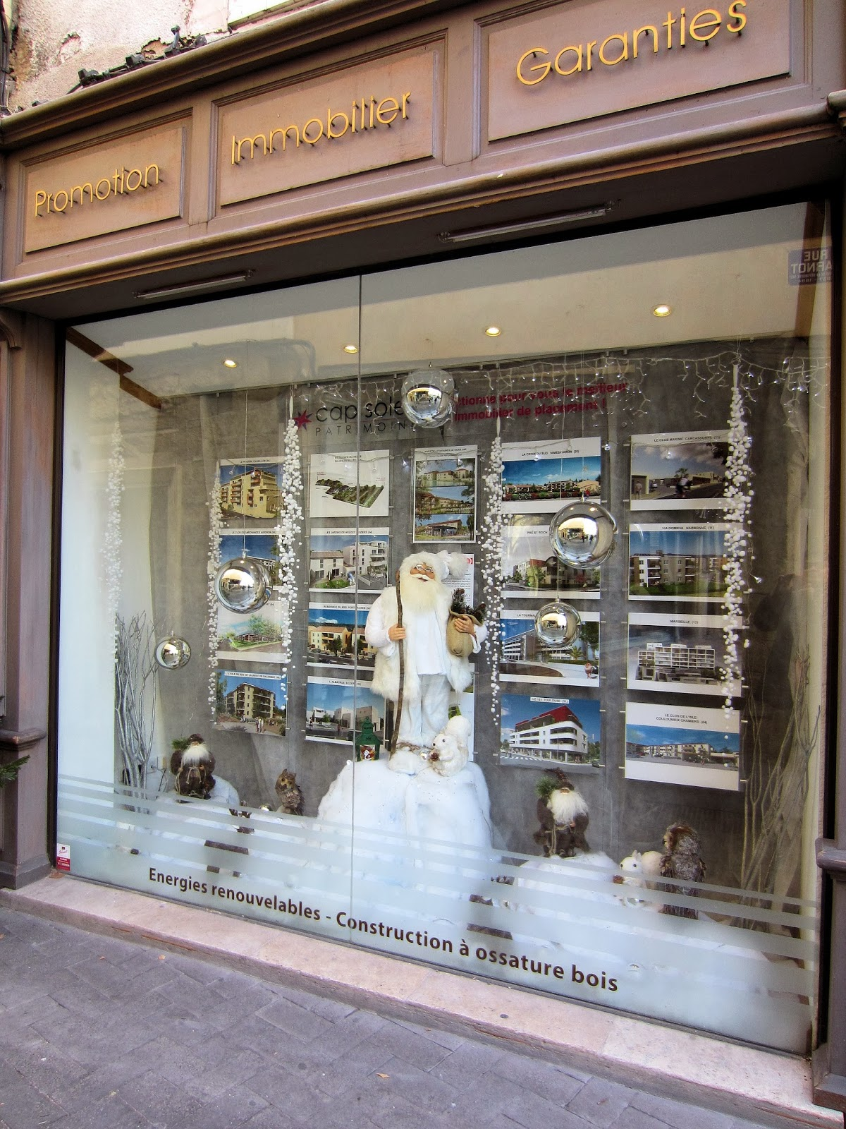 Christmas in Provence - window shopping - Santa's ready to help you find your new home