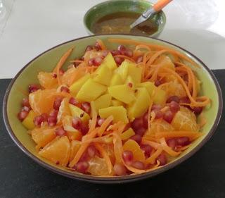 Salade à la patate douce, carotte, mangue, clémenvilla et grenade