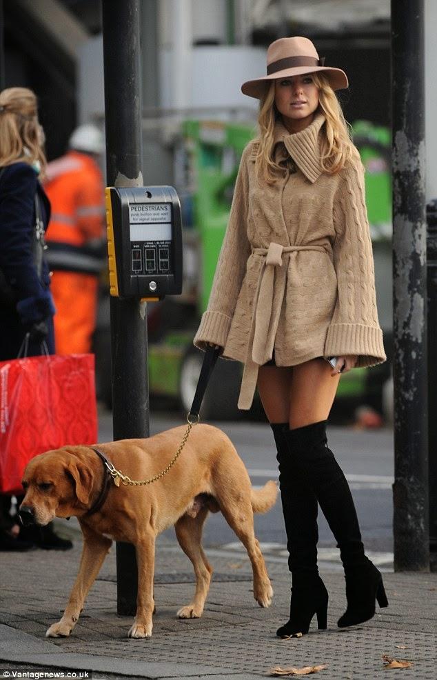 الأنيقة كيمبرلي غارنر تتنزه في كنسينغتون, لندن في ثوب شتوي قصير