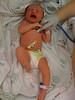 un médecin ausculte un bébé