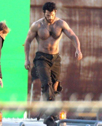 henry-cavill-shirtless-man-of-steel-set-10252011-05-430×527.jpg