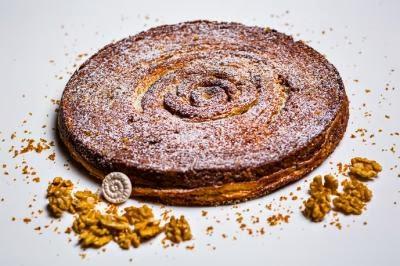 Pour l'hôtel Prince de Galles, Yann Couvreur a créé une galette mi galette  traditionnelle mi kouign-amann composée d'une pâte à pain au sucre et caramélisée et de frangipane aux noix.