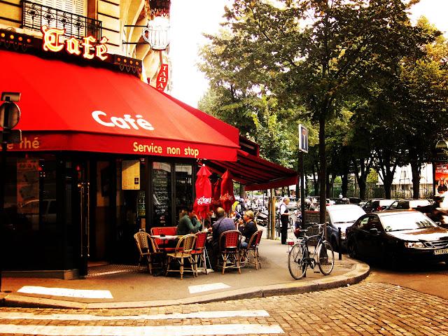 Paris avec mon amour. Cafe near Tour Eiffel by Marta Viader