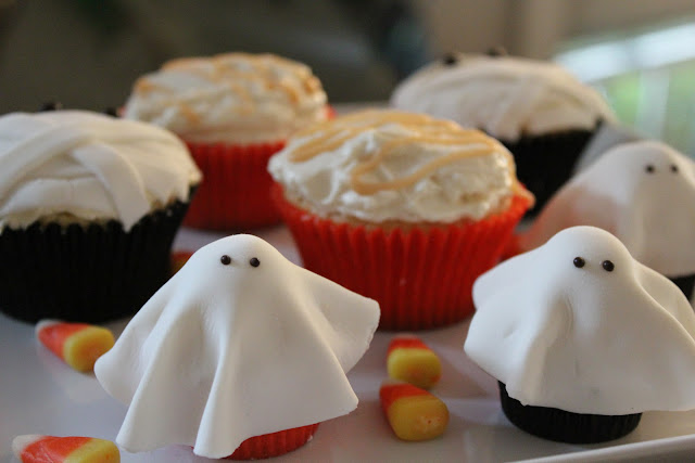 Fondant ghosts and mummies on cupcakes