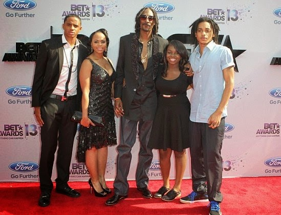 Family photo of the rapper, married to Shante Broadus, famous for Doggy Style & Drop It Like It