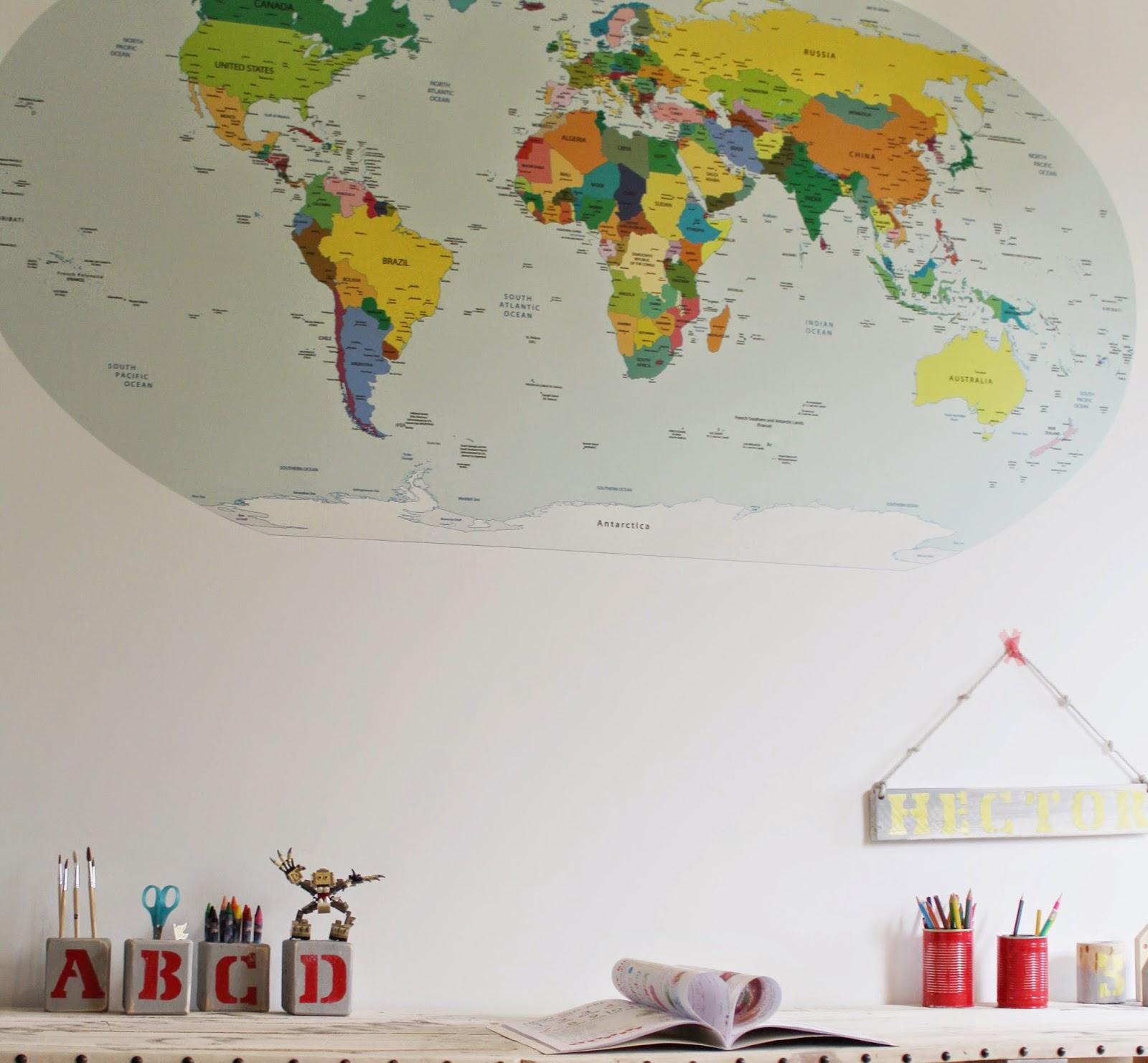 pojemniki na biurko z literkami DIY,jak zmienić pokój szybko i tanio,mapa świata Pixers,tabliczka drewniana z imieniem,blog DIY,tutoriale na blogu ladies designs