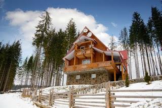 Cabaña en el bosque en el invierno