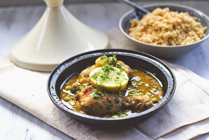 frisch gekocht: Tajine (Tagine) mit Hähnchen, grünen Oliven und frischer Zitrone, serviert mit Couscous