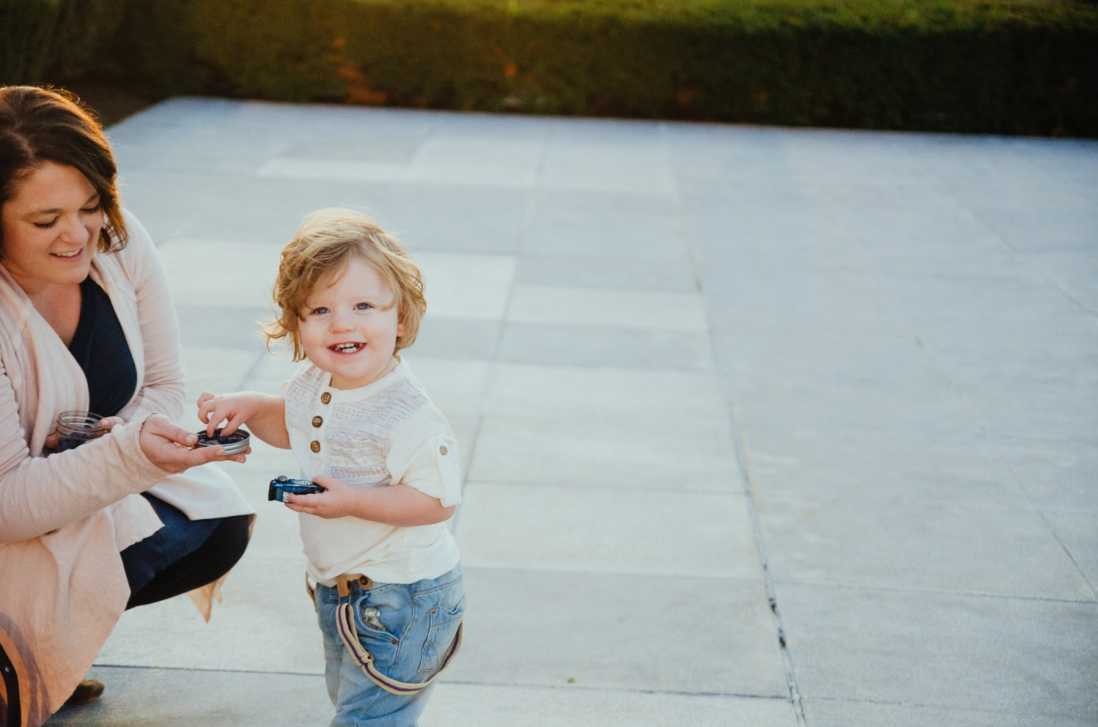 baby eats blueberries, indianapolis family photographer