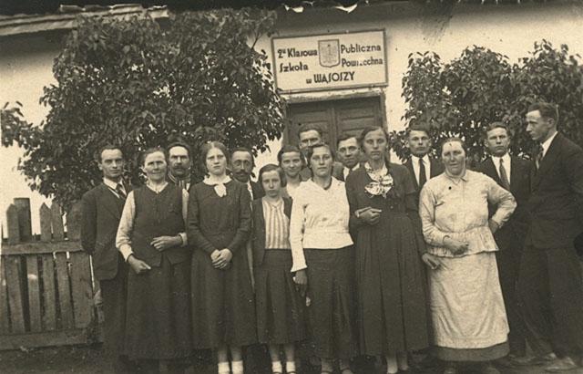 Wąsosz Stara Wieś, Dwuklasowa Publiczna Szkoła Powszechna w Wąsoszy. Fotografia wykonana ok. 1930 roku. Fotografię udostępniła p. Zdzisława Piotrowska z d. Szpindler.