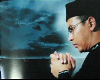 Sependek pengetahuan saya, nama Uje aka Ustaz Jefri Al Bukhari mulai dikenal publik luas sekitar tahun 2005-an bertepatan booming sinetron islami beraroma ... - uje%27
